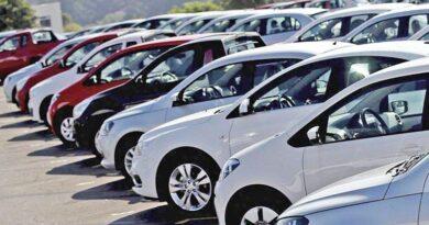 Vendas de carros caem pelo segundo mês e lojas estão sem veículos.